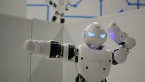 Sguardo da vicino bianco divertente del robot di dancing archivi video