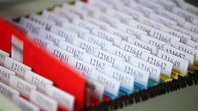 Sguardo degli archivi nel cassetto dello scrittorio stock footage