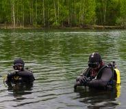 Sguardo degli operatori subacquei all'orologio fotografia stock libera da diritti