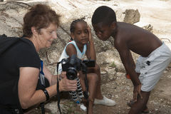 Sguardo dei bambini alle immagini sui themsleves Fotografie Stock