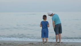 Sguardo dei ragazzi al mare stock footage