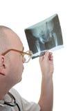 Sguardo del medico dentro su un'immagine dei raggi X Immagine Stock