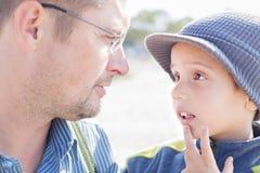 Sguardo del padre del figlio conversazione Fotografia Stock Libera da Diritti