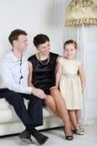 Sguardo del padre e madre alla piccola figlia sveglia Immagini Stock Libere da Diritti