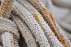 Sguardo del primo piano al nodo della corda della vela Fotografie Stock Libere da Diritti