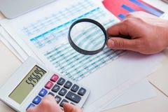 Sguardo dell'analista di finanza e rapporti finanziari immagine stock libera da diritti