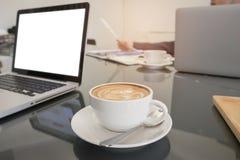 Sguardo dell'uomo di affari al grafico ed al computer portatile del grafico della carta del documento sui tum Fotografie Stock Libere da Diritti