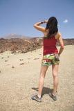 Sguardo della donna ad un vulcano Fotografie Stock Libere da Diritti