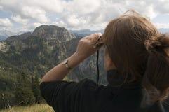 sguardo della donna alle alpi immagine stock