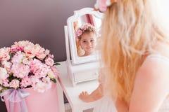 Sguardo della figlia e della madre allo specchio fotografie stock