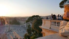 Sguardo della gente all'area Piazza del Popolo, Roma, stock footage