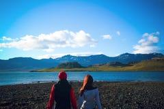 Sguardo della gente di viaggio dell'Islanda alla natura Fiordi orientali in Islanda fotografie stock libere da diritti