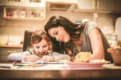 Sguardo della mamma che cosa disegno Fine in su Fotografia Stock