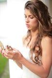 Sguardo della sposa al regalo Fotografia Stock Libera da Diritti