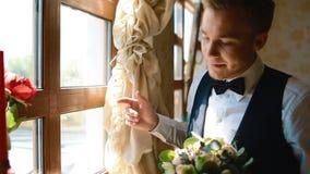 Sguardo dello sposo alla finestra archivi video