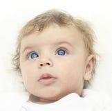Sguardo di 3 mesi del neonato su. Fotografie Stock
