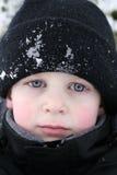 Sguardo di piercing del ragazzo in neve Fotografia Stock Libera da Diritti