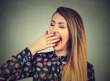 Sguardo di sbadiglio della donna sonnolenta annoiato Immagini Stock