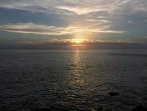 Sguardo di tramonto fuori al mare Fotografie Stock