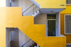 Sguardo diritto della costruzione gialla della scala immagini stock libere da diritti