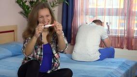 Sguardo emozionante felice della donna alla macchina fotografica ed al suo uomo sollecitato con il sorriso enorme in fronte stock footage