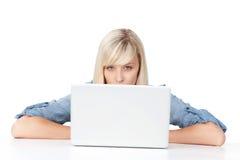Sguardo femminile sopra il computer portatile Immagini Stock Libere da Diritti