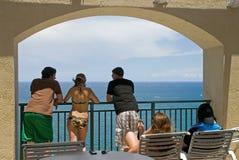 Sguardo fisso dei giovani all'oceano Fotografie Stock Libere da Diritti