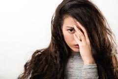 Sguardo fisso fisso di sembrare intenso della donna di difficolt? di depressione fotografia stock
