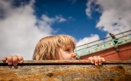 Sguardo fuori da una barca Fotografia Stock