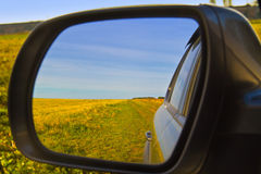 Sguardo fuori della finestra di automobile con la riflessione in specchio laterale fotografia stock libera da diritti