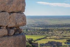 Sguardo fuori della parete del castello di Trujillo Fotografia Stock Libera da Diritti