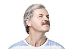 Sguardo maturo dell'uomo nella distanza isolata su bianco Fotografie Stock