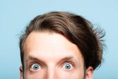 Sguardo pazzo eccentrico fatto sussultare di sbirciata della testa dell'uomo fuori fotografia stock libera da diritti