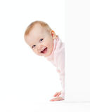 Sguardo sorridente divertente della ragazza dalla parete fotografie stock