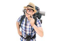 Sguardo turistico curioso tramite una lente d'ingrandimento Fotografia Stock