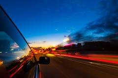 Sguardo urbano vago delle notti del movimento dell'automobile Fotografie Stock Libere da Diritti