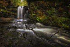 Sgwd Ddwli Isaf vattenfall södra Wales arkivbilder