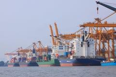 Εμπορικό σκάφος εμπορευματοκιβωτίων στη χρήση λιμένων για τη μεταφορά νερού και SH Στοκ Φωτογραφίες