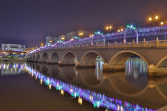 Sha Tin Festive Lighting no rio fotografia de stock royalty free