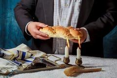 Shabat Hala Candle, de Joodse traditie van de broodbakkerij stock afbeelding