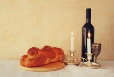 Shabbat图象 鸡蛋面包面包、shabbat酒和坎德拉在木桌上 葡萄酒被过滤的图象 库存图片