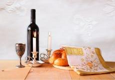 Shabbat图象 鸡蛋面包面包、shabbat酒和坎德拉在木桌上 免版税库存照片