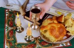 Shabbat helgdagsaftontabell med avtäckt challahbröd, sabbatstearinljus fotografering för bildbyråer