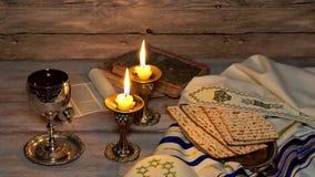 Shabbat prateia o copo do kiddush e duas velas iluminadas no fundo de madeira da textura Castiçal de vidro Gotas derramadas do vi vídeos de arquivo