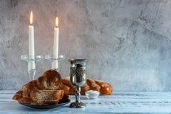 Shabbat Shalom challah chleb, shabbat wino i świeczki na drewnianym stole -, zdjęcie royalty free