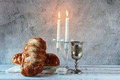 Shabbat Shalom - challahbröd, shabbatvin och stearinljus på trätabellen arkivbild