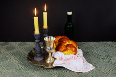 Shabbat Shalom Hebrew com velas do kiddush fotografia de stock royalty free