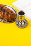 Shabbat Shalom, jalá con el vidrio del vino y del libro, en fondo amarillo No aislado, espacio de la copia, proceso del autor Foto de archivo libre de regalías