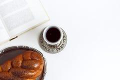 Shabbat Shalom, pain du sabbat avec le verre de vin sur un fond blanc Non d'isolement, l'espace de copie, traitement d'auteur photo stock