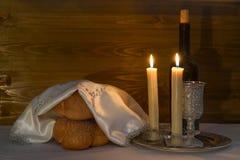 Shabbat Shalom - vino, challah e candele Fotografia Stock